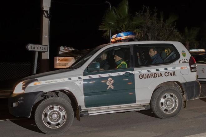 Un coche de la Guardia Civil durante las labores de rescate de Julen...
