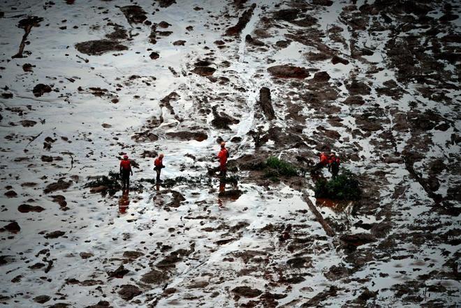 Fotografía aérea de un grupo de rescate que busca víctimas, en Brumadinho (Minas Gerais).