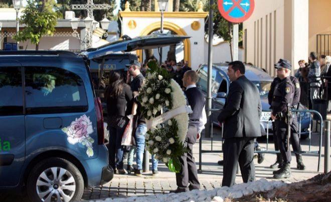 Llegada del féretro con el cuerpo de Julen al tanatorio de Málaga.