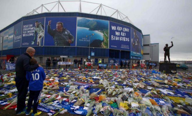 Muestras de apoyo a Emiliano Sala en las afueras del Cardiff City Stadium.