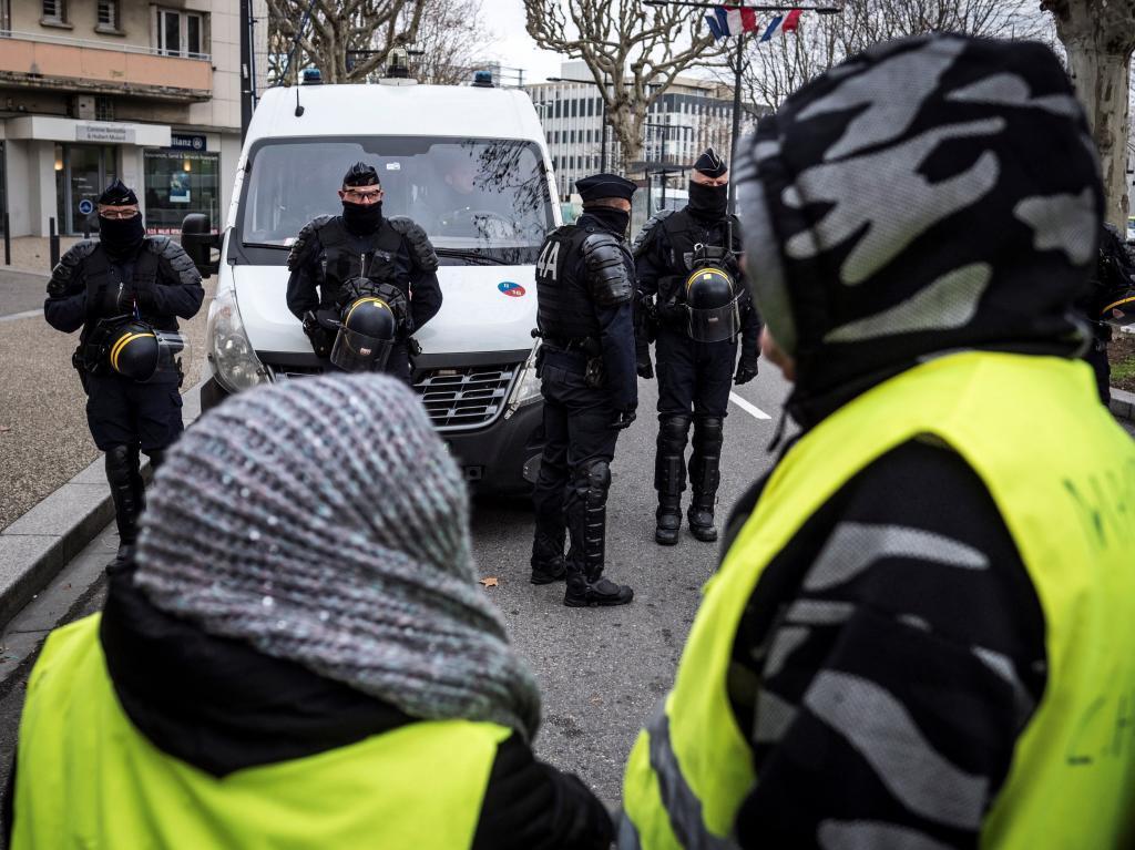 """Miembros del movimiento francés contestatario de los """"chalecos amarillos"""" se manifiestan este jueves en el municipio francés de Valence."""