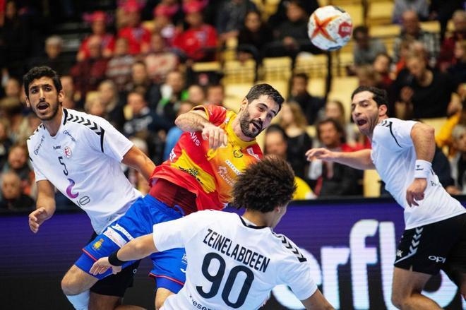 Raúl Entrerríos lanza el balón durante el partido ante Egipto.