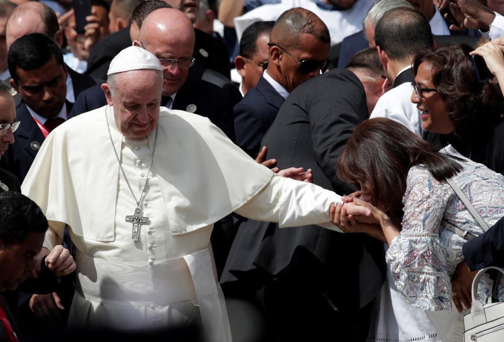 Una mujer besa la mano del Papa durante su visita a Ciudad de Panamá.