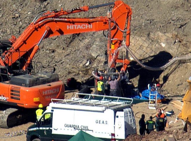 Operarios excavan una galería horizontal junto al pozo donde se cayó a Julen.