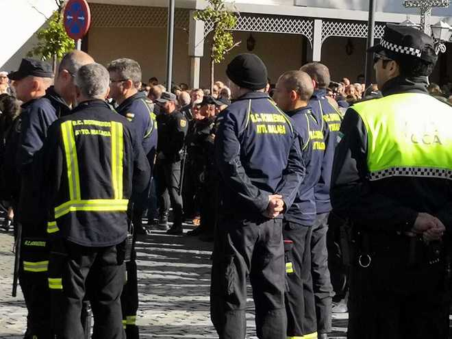 Bomberos que han participado en el rescate, en el tanatorio de El Palo (Málaga).