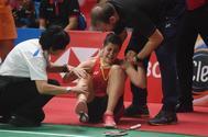 Carolina Marín se lamenta tras sufrir la lesión en su rodilla derecha.