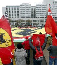 Seguidores del piloto de Ferrari, apoyándolo frente al hospital francés donde estuvo ingresado tras el accidente.