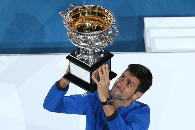 Djokovic levanta el trofeo conquistado en Australia.