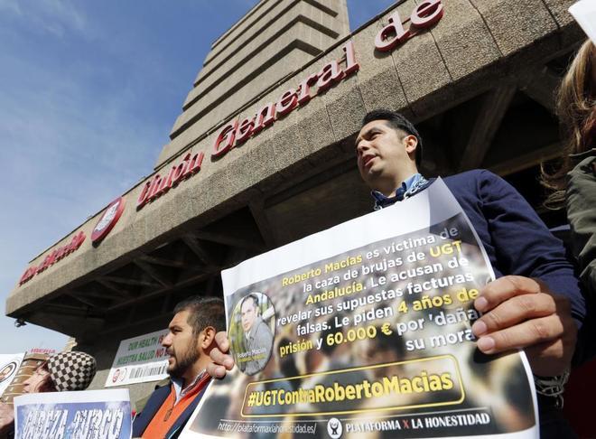 Roberto Macías, denunciante del caso UGT, a las puertas de la sede de este sindicato en Madrid en abril de 2017.