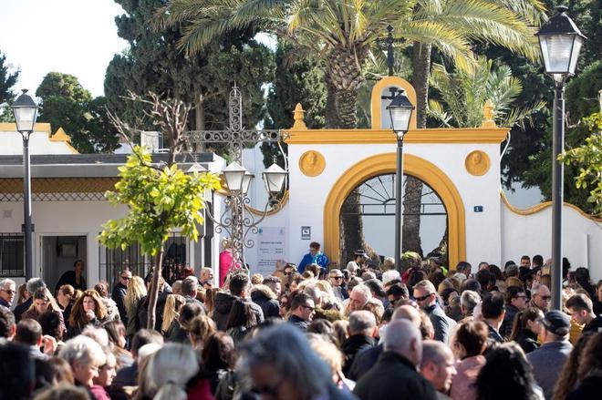 Cientos de personas acuden al funeral del pequeño Julen en la barriada de El Palo
