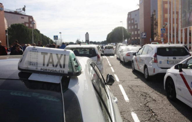 Taxis acampados en los alrededores de Ifema, Madrid, durante la huelga del sector.