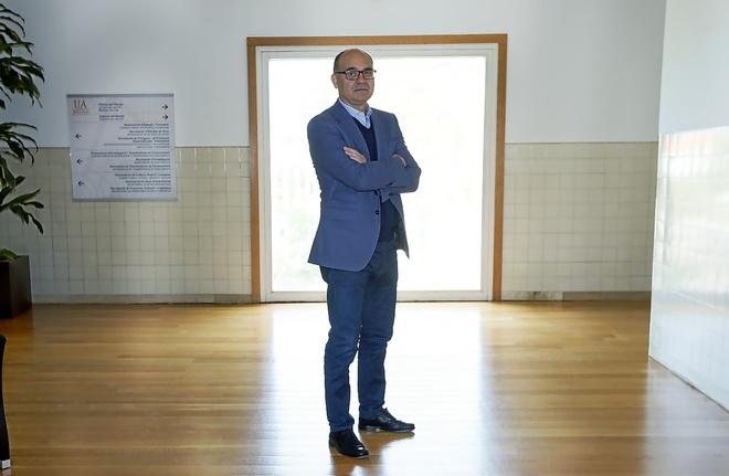 El rector de la Universidad de Alicante, Manuel Palomar, en el edificio de rectorado.