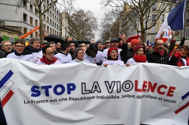 Manifestación de los pañuelos rojos contra la violencia de los chalecos amarillos, en París.