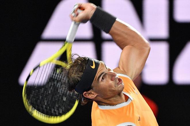 Rafa Nadal sirve ante Djokovic en la final de Australia.