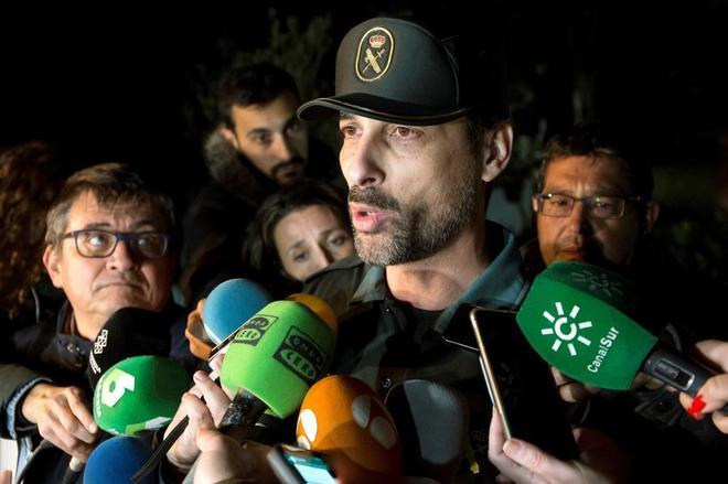 El portavoz de la Guardia Civil en Málaga, Jorge Martín, atiende a los medios mientras prosiguen con el rescate de Julen, el niño de dos años que cayó el pasado domingo día 13 a un profundo y estrecho pozo en la localidad de Totalán (Málaga).