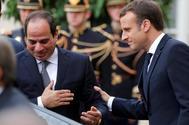 El presidente francés, Emmanuel Macron, saluda a su homólogo egipcio, Abdel Fattah al-Sisi.