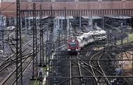 Un tren de cercanías de Renfe sale de la estación sevillana de Santa Justa.
