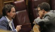 Pablo Iglesias e Íñigo Errejón dialogan en el Congreso de los...