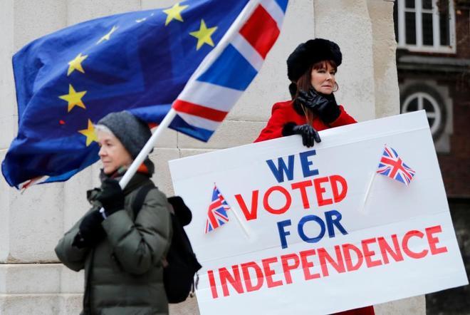 Un activista pro Brexit sujeta un cartel en defensa de la independencia de la UE, en Londres.