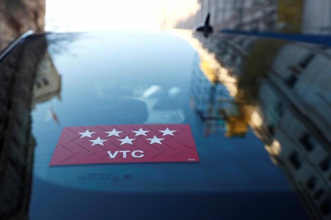 Vista de un coche de VTC circulando por las calles de Madrid.