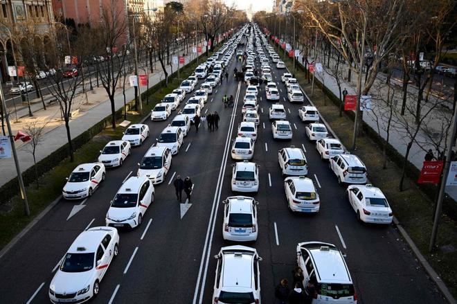 Huelga de taxis. Los vehículos bloquean la Castellana de Madrid.