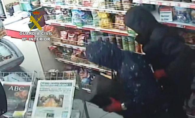 Imagen captada de los atracadores en una gasolinera.
