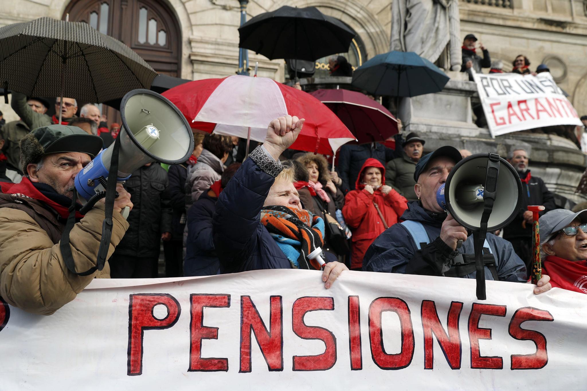 Pensionistas concentrados este lunes ante el ayuntamiento de Bilbao.