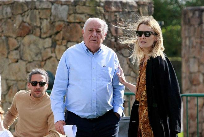 El fundador de Inditex, Amancio Ortega, junto a su hija Marta Ortega y el marido de ésta.