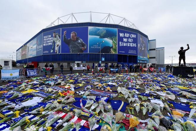 Flores, bufandas y banderas para homenajear a Emiliano Sala en el estadio del Cardiff