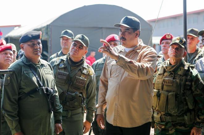 El presidente de Venezuela, Nicolás Maduro, encabeza unas maniobras...