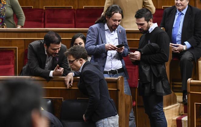 El secretario general de Podemos, Pablo Iglesias, dialoga con Ramón Espinar mientras Alberto Garzón habla con Íñigo Errejón