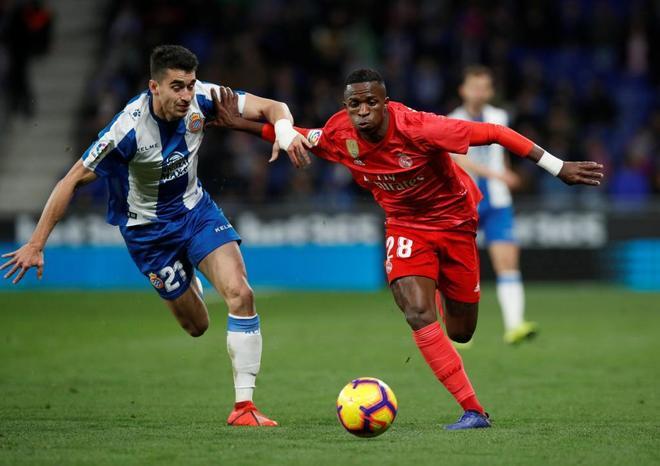 Vinicius y Marc Roca se disputan el balón este domingo en el Espanyol-Real Madrid.