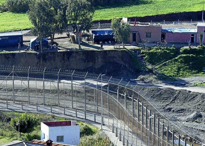 Trabajo en la construcción de fosos en suelo marroquí en las inmediaciones de la valle de Ceuta