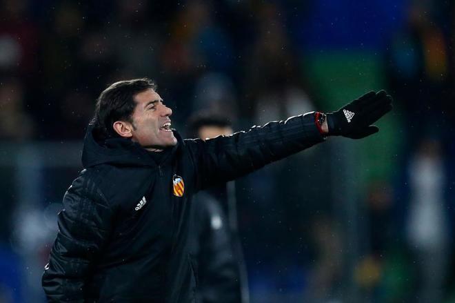 Marcelino da instrucciones a sus jugadores, en Getafe durante el partido de ida de la Copa.