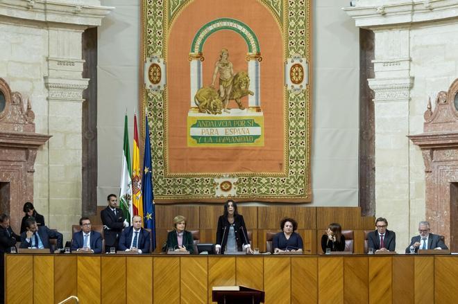 Marta Bosquet, de pie en el centro, con los miembros de la Mesa del Parlamento andaluz, el 27 de diciembre pasado, cuando se constituyó el Cámara tras las elecciones del 2-D.