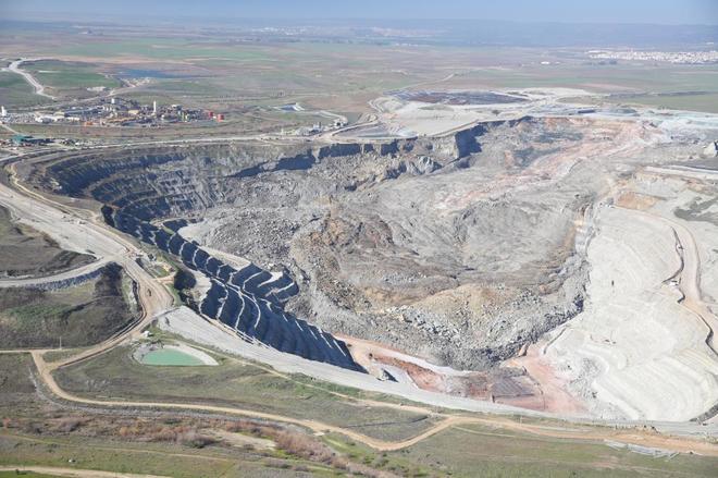 A la derecha, el derrumbe en la mina Cobre Las Cruces.