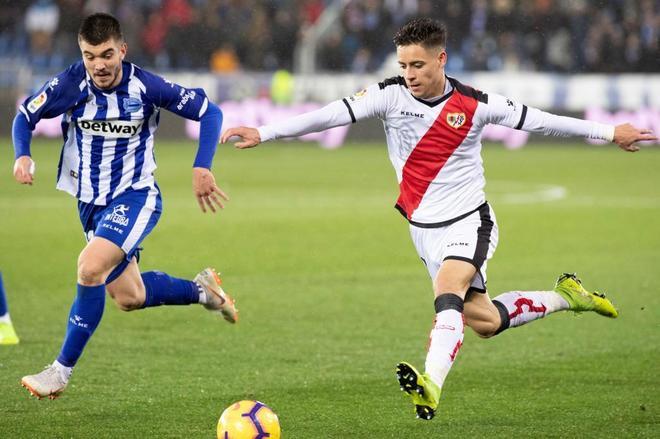 Alex Moreno (dcha.) pelea por el balón con Martín Aguirregabiria este lunes en Mendizorroza.