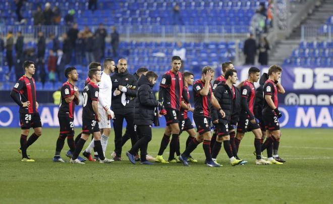 Los jugadores del Reus se retiran de La Rosaleda el 6 de enero, tras ganar al Málaga 0-3.
