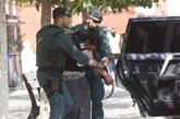Agentes de la Guardia Civil conducen al joven marroquí detenido hoy...