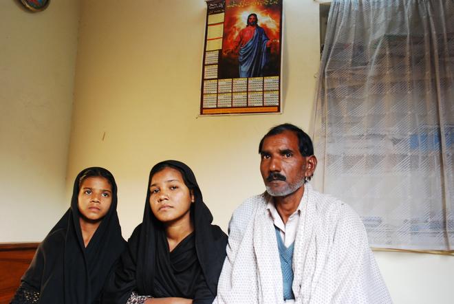 Marido e hijas de Asia Bibi, en una imagen de 2011.