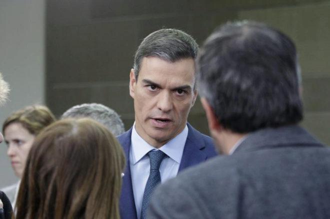 El presidente del Gobierno, Pedro Sánchez, conversa con periodistas...