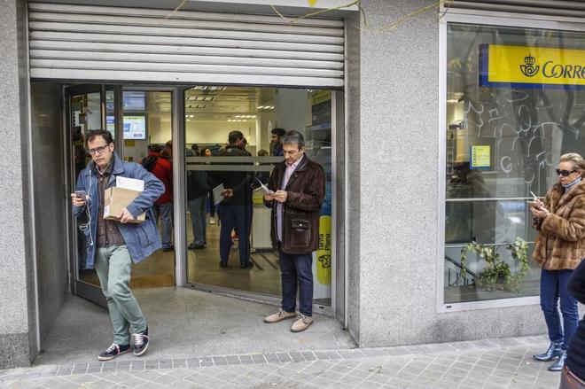 Una oficina de Correos en Madrid el pasado mes de diciembre durante la distribución de distintivos medioambientales de la DGT