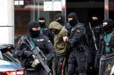 Agentes de la Guardia Civil se llevan al presunto yihadista detenido...