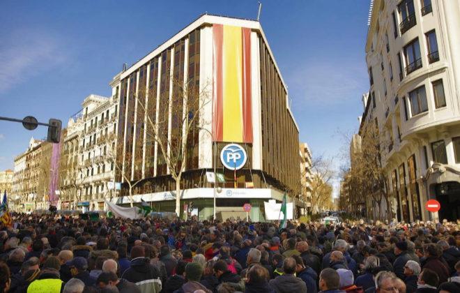 Cientos de taxistas protestan frente a la sede del PP en Madrid.