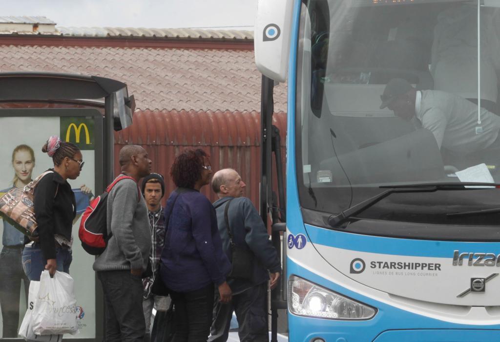 Un grupo de inmigrantes coge el autobús en Irun.