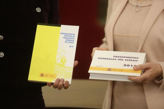 La ministra de Hacienda y la presidenta del Congreso sostienen el proyecto presupuestario del Gobierno.