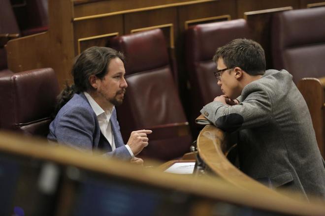 Pablo Iglesias e Íñigo Errejón conversan durante un pleno en el Congreso de los Diputados.