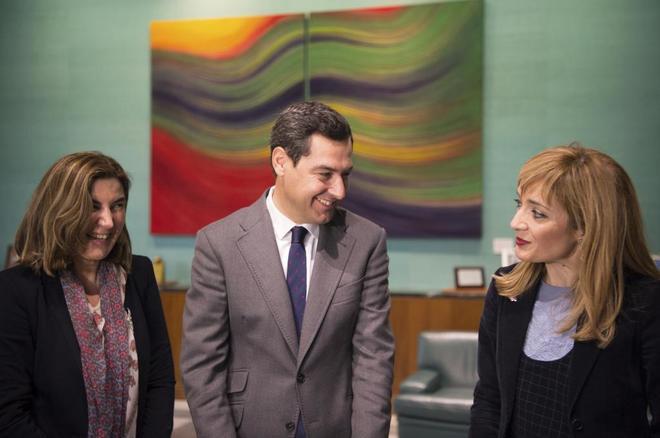 La consejera de Empleo, Rocío Blanco, Juan Manuel Moreno y la secretaria general de UGT-A, Carmen Castilla, este martes en San Telmo, dentro de la ronda de contactos emprendida por el presidente con los agentes sociales.