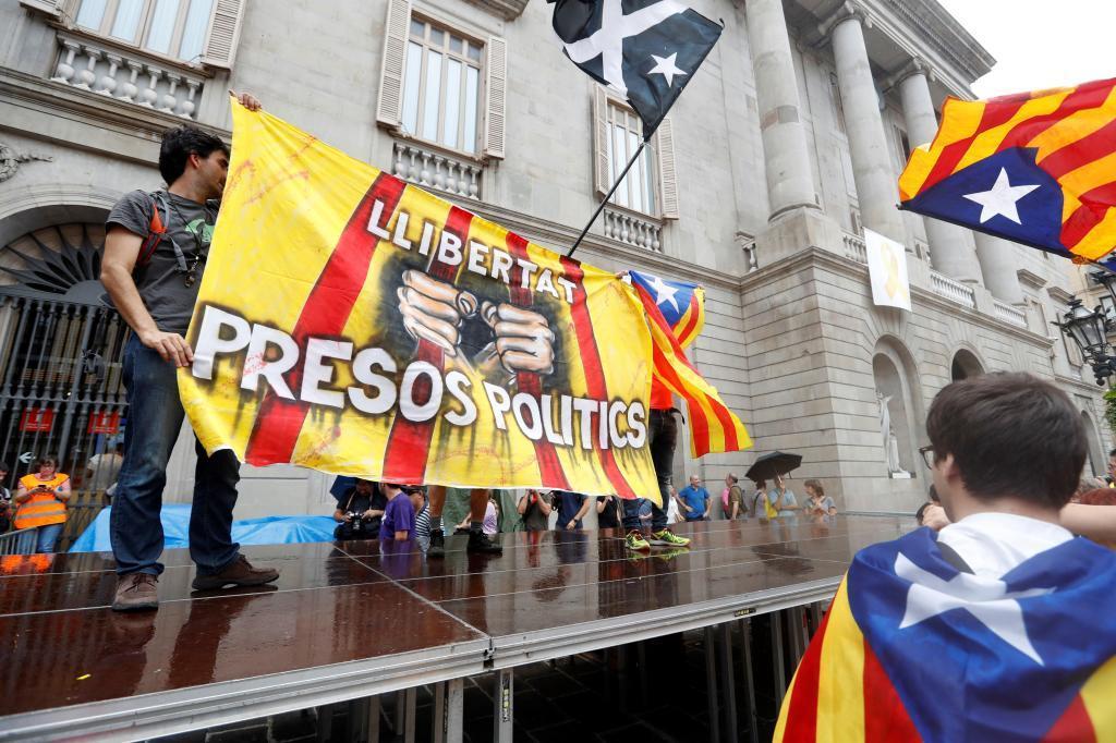 Imagen de la protesta independentista encima del escenario pagado por Hablemos Español el día de la manifestación