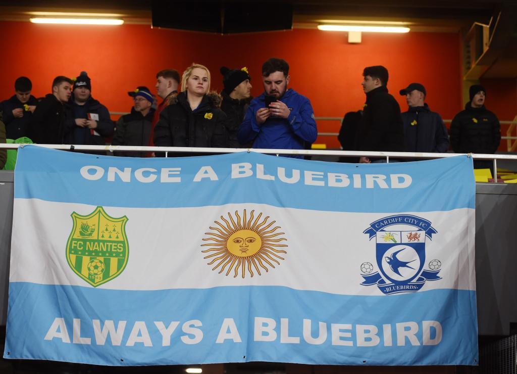 Simpatizantes del Cardiff City  muestran una bandera de Argentina como tributo a Emiliano Sala.